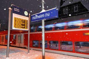 Einfahrender Zug bei Schneefall