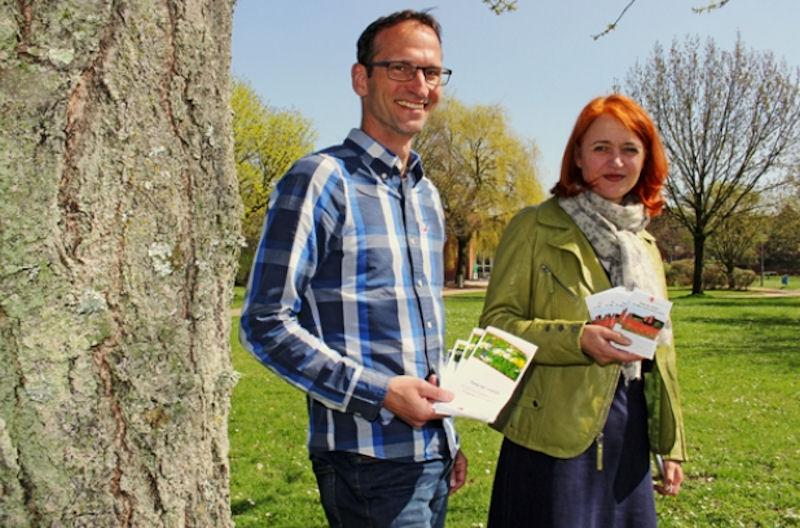 Broschüren mit Informationen zur Förderung der heimischen Artenvielfalt