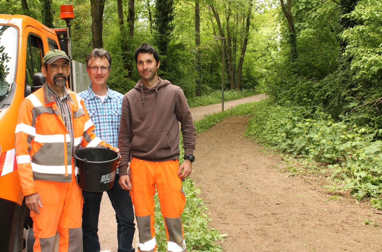 Michael Lang (Mitte) mit zwei Mitarbeitern des städtischen Bauhofs